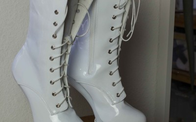 V2 Shoes in white with Hoove Design 2